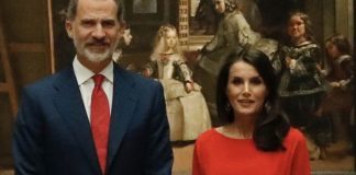 Королева Испании в ярко красном платье с напуском и лодочках в легендарном музее Прадо