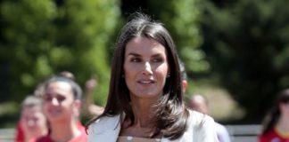 Королева Испании в расклешенных брюках и эспадрильиях удивляет своим летним образом