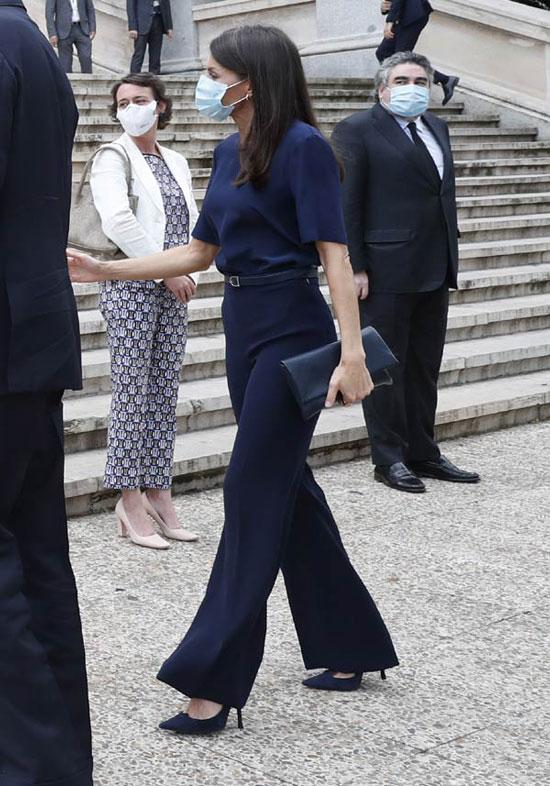 Королева Летисия в темно-синих брюках палаццо и лодочках