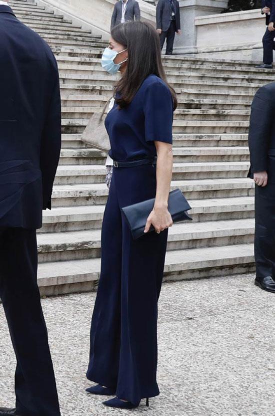 Королева Летисия в темно-синих брюках палаццо, футболке и лодочках
