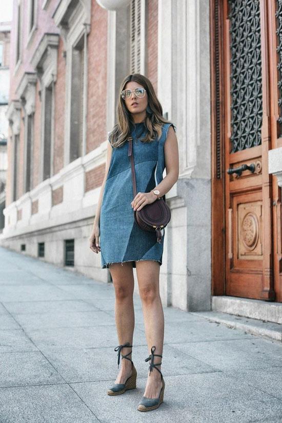 Эспадрильи с джинсовым платьем и круглой сумкой