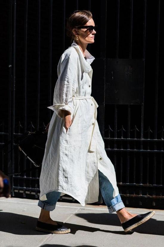 Эспадрильи с прямыми джинсами и белой рубашкой