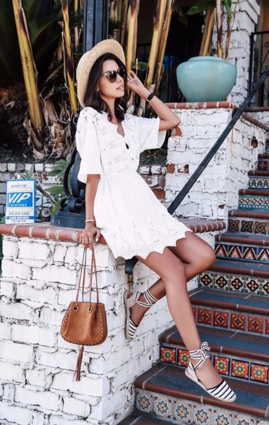 Эспадрильи на лентах с белым платьем и шляпой