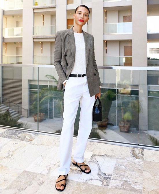 Белые джинсы с сандалиями на тонких ремешках