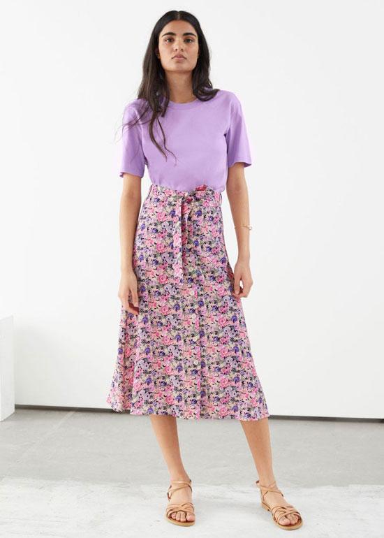 Цветочная юбка-миди с сандалиями на ремешках на лето 2020