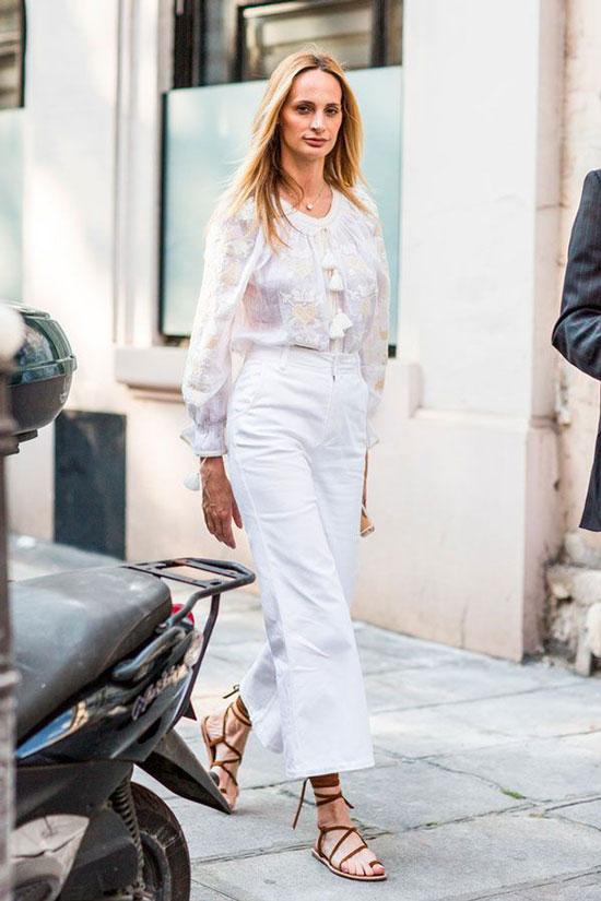 Белые брюки-кюлоты с сандалиями на тонких ремешках