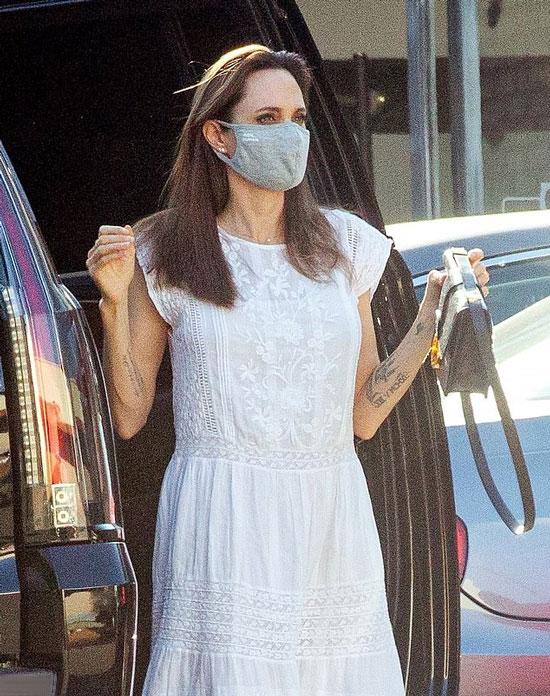 Анджелина Джоли в летнем платье с кружевом