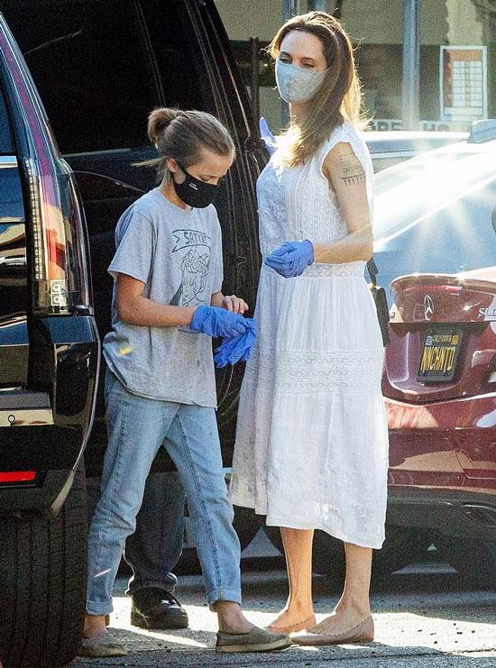 Анджелина Джоли в летнем платье и туфлях на низком каблуке