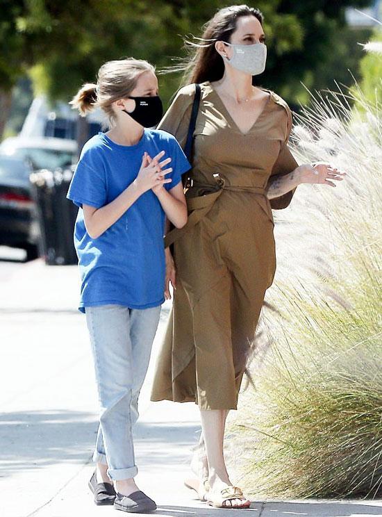Анджелина Джоли в оливковом платье миди