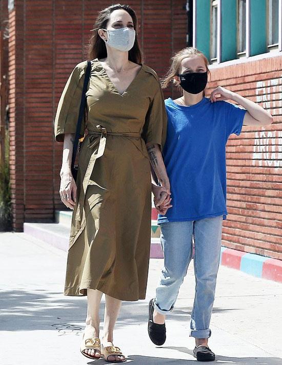 Анджелина Джоли в оливковом платье и пантолетах