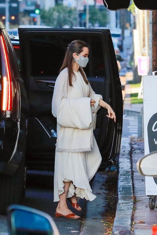 Анджелина Джоли в длинном белом платье