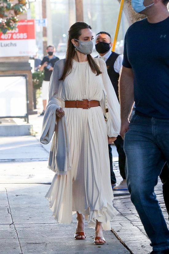 Анджелина Джоли в длинном белом платье с коричневым ремнем