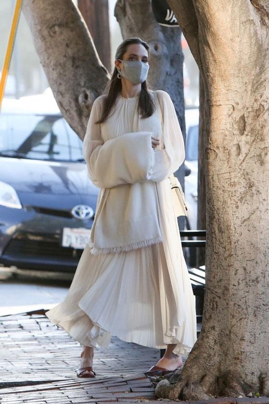 Анджелина Джоли в плиссированном платье и коричневой обуви