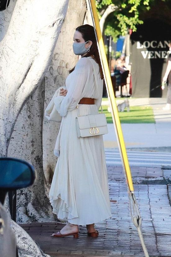 Анджелина Джоли в белом платье и своей любимой сумкой