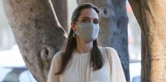 Анджелина Джоли дополняет белое платье коричневыми аксесуарами и любимой сумкой