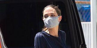 Анджелина Джоли в синем макси платье и светлых пантолетах выглядит немного уставшей
