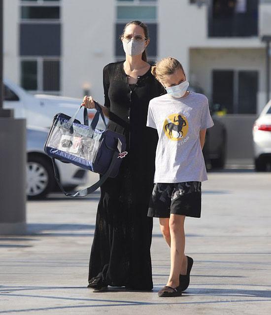 Анджелина Джоли в черном платье в пол