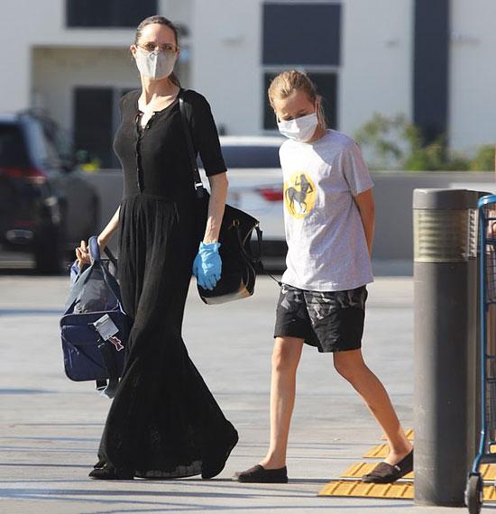 Анджелина Джоли в черном платье в пол и большой сумкой