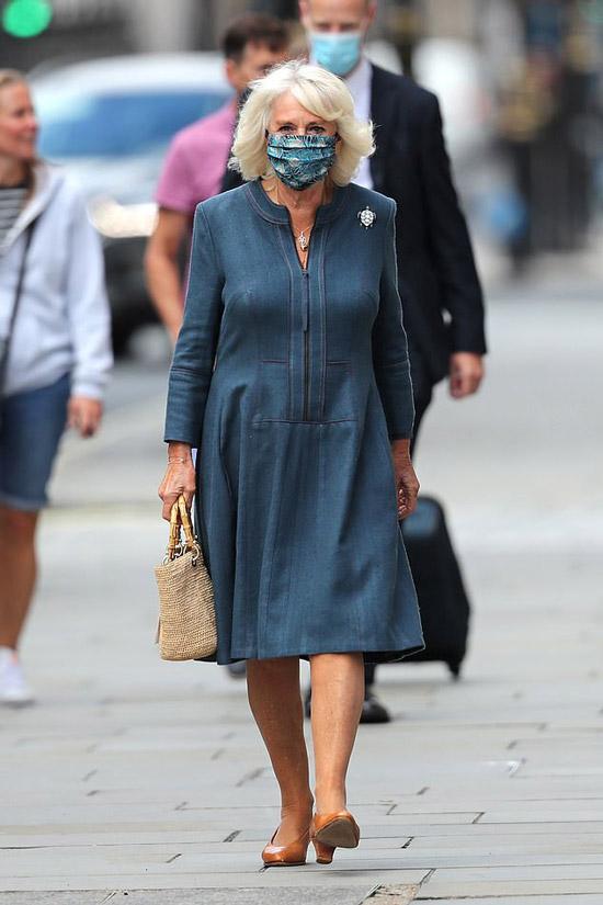 Герцониня Камилла в синем платье миди