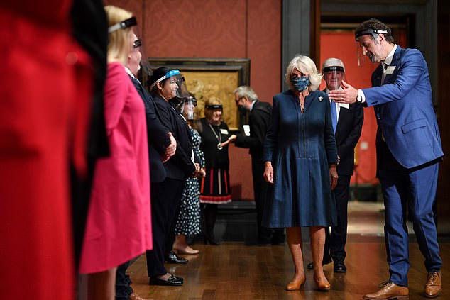 Герцониня Камилла в синем платье миди и туфлях