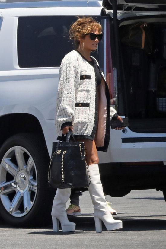 Дженнифер Лопес в белом твидовом костюме и сапогах