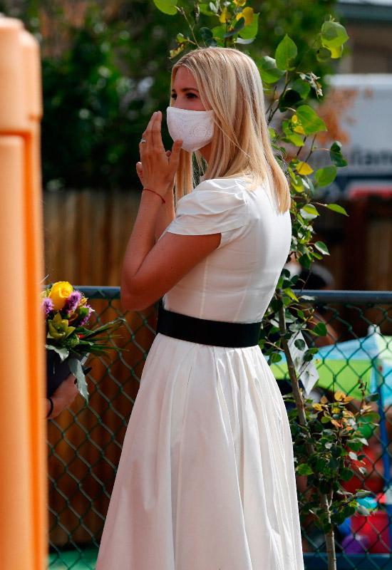 Иванка Трамп в белом платье с широким поясом