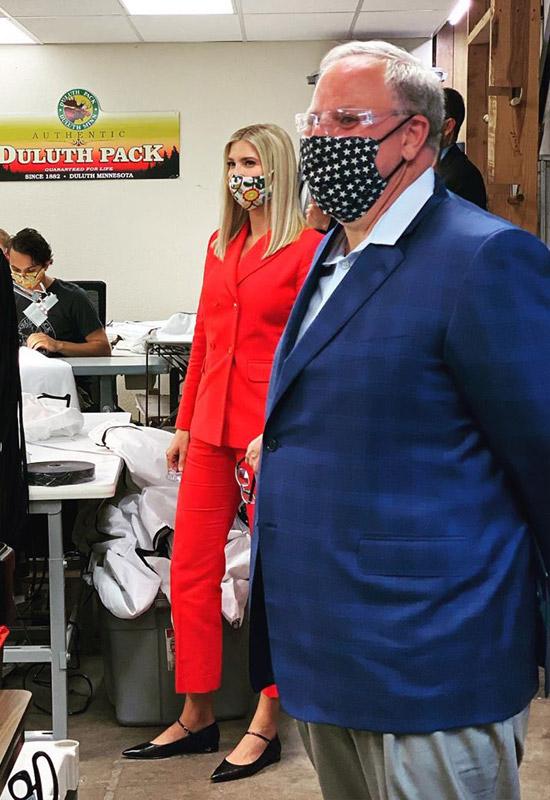 Иванка Трамп в вишнево красном костюме и туфлях Мэри Джейн