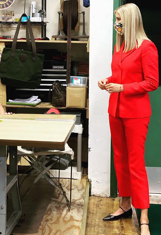 Иванка Трамп в вишнево красном костюме и черных туфлях