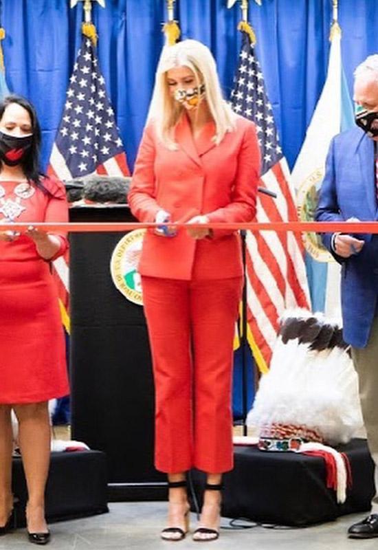Иванка Трамп в ярком костюме и босоножках