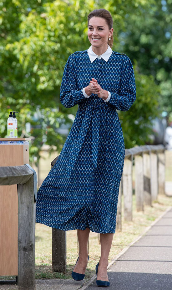 Кейт Миддлтон в синем с поясом и замшевых туфлях