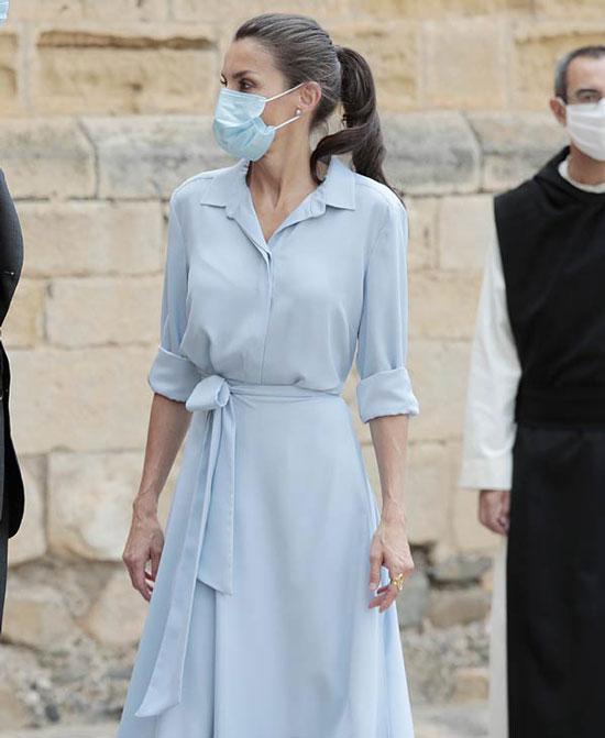 Королева Испании в небесно-голубом платье
