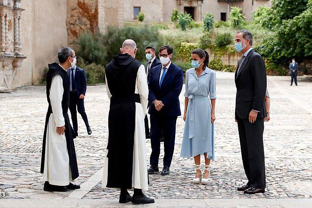 Королева Испании в платье миди с асимметричным подолом