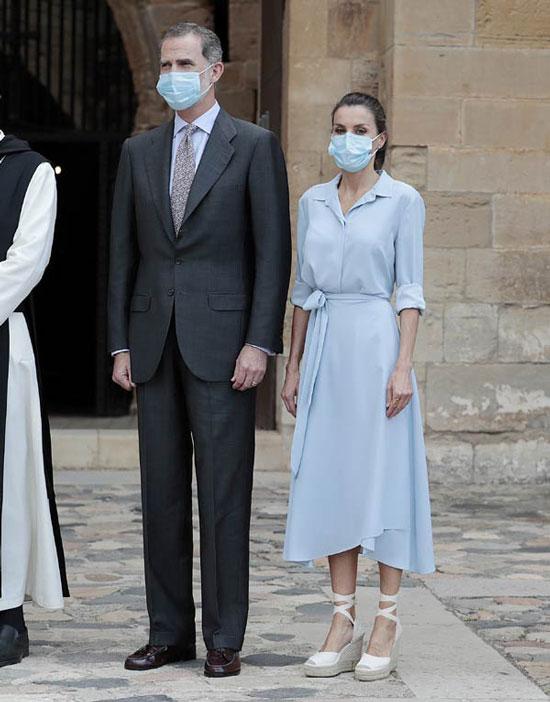 Королева Испании в небесно-голубом платье и эспадрильях