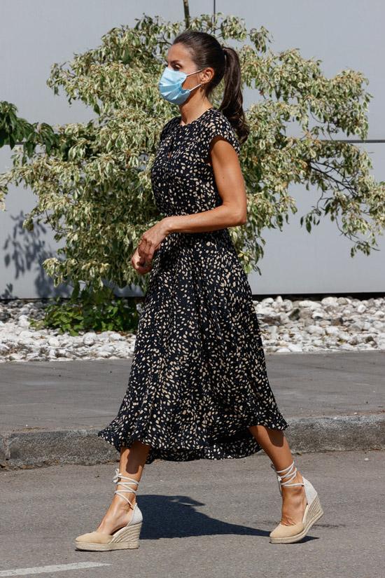 Королева Летисия в платье с принтом и обуви на танкетке