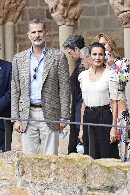 Королева Испании в черных брюках и футболке