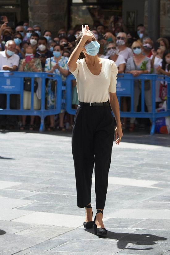 Королева Испании в широких брюках, футболке и эспадрильях