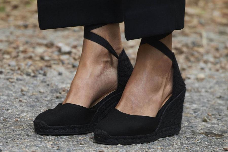 Королева Испании в черных эспадрильях с лентами