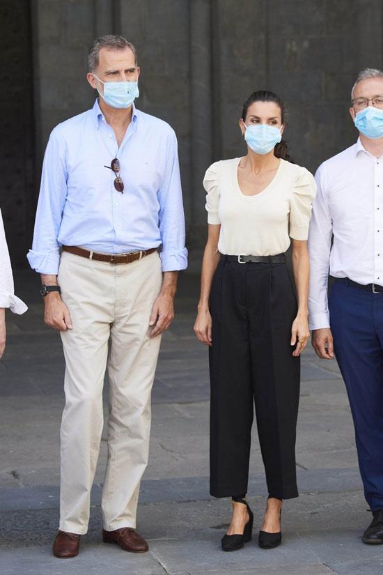 Королева Испании в брюках и футболке с широкими рукавами