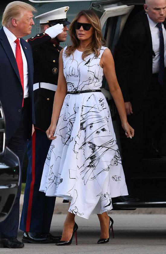 Мелания Трамп в белом платье с абстрактным принтом
