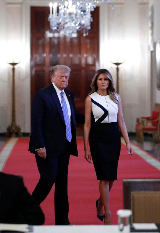 Мелания Трамп в черно-белом платье с геометрическим принтом