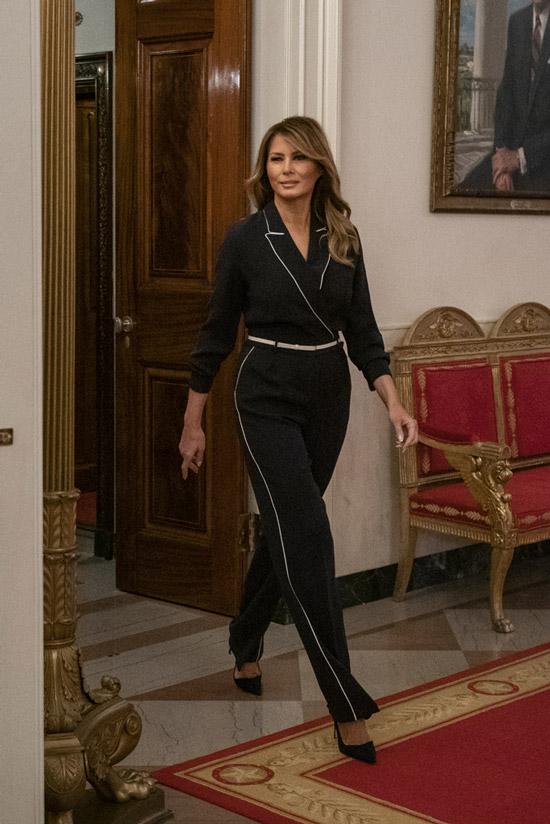 Мелания Трамп в темно синем комбинезоне с лампасами