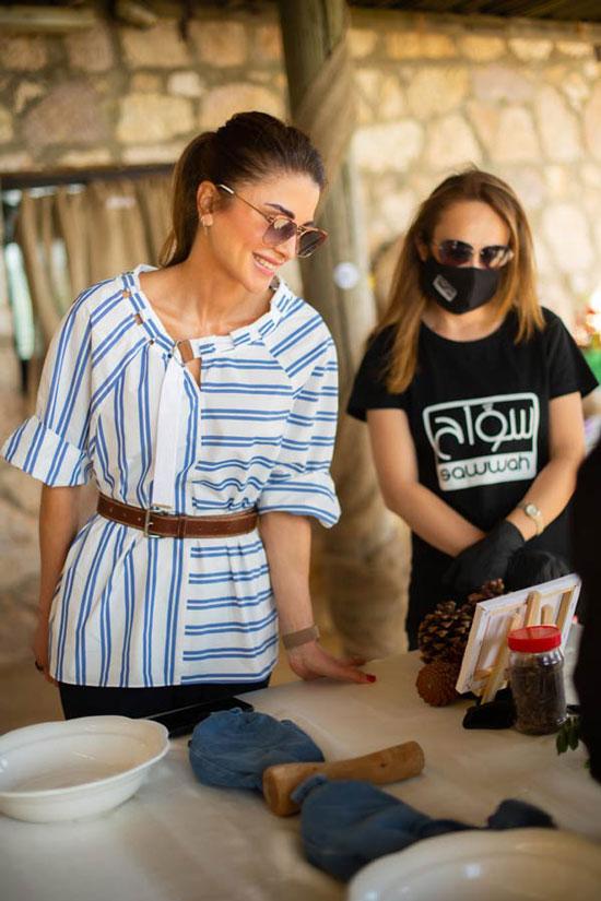 Королева Иордании в полосатой блузе и модных очках