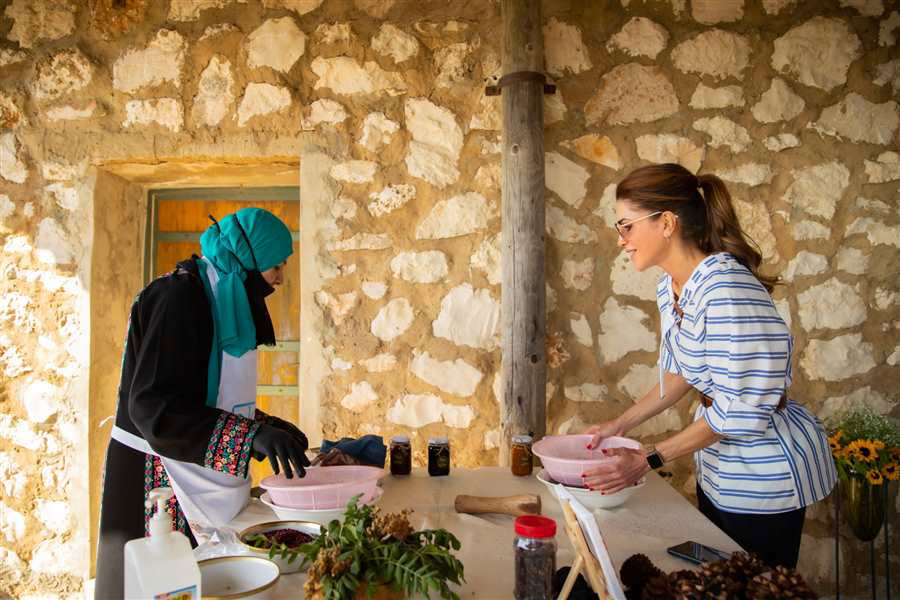 Королева Иордании в полосатой блузе и брюках