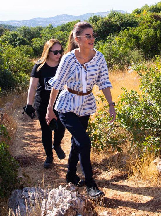 Королева Иордании в полосатой блузе, брюках и ботинках