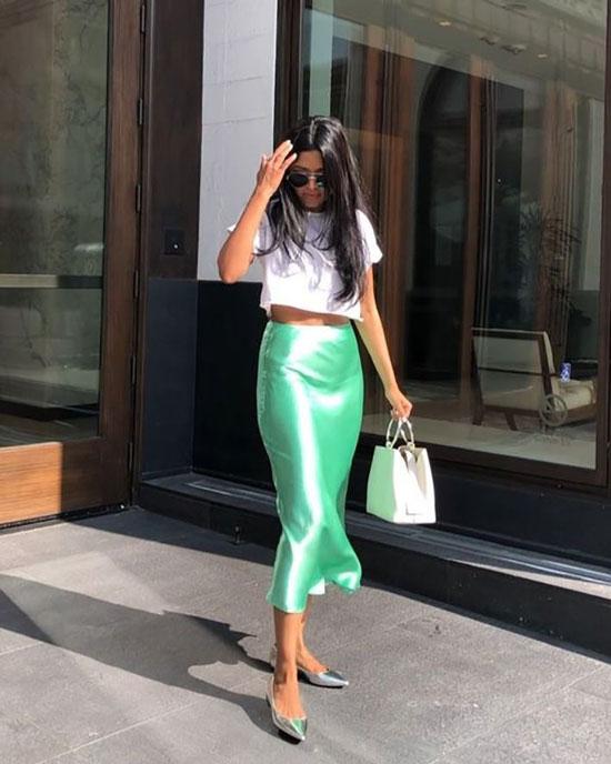Атласная зеленая юбка и кроп-топ на лето 2020