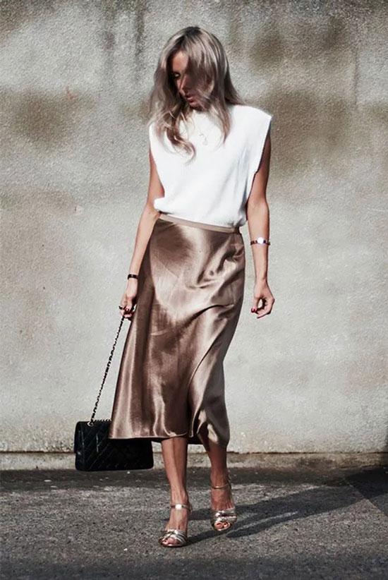 Атласная юбка с модной футболкой с плечиками на лето 2020