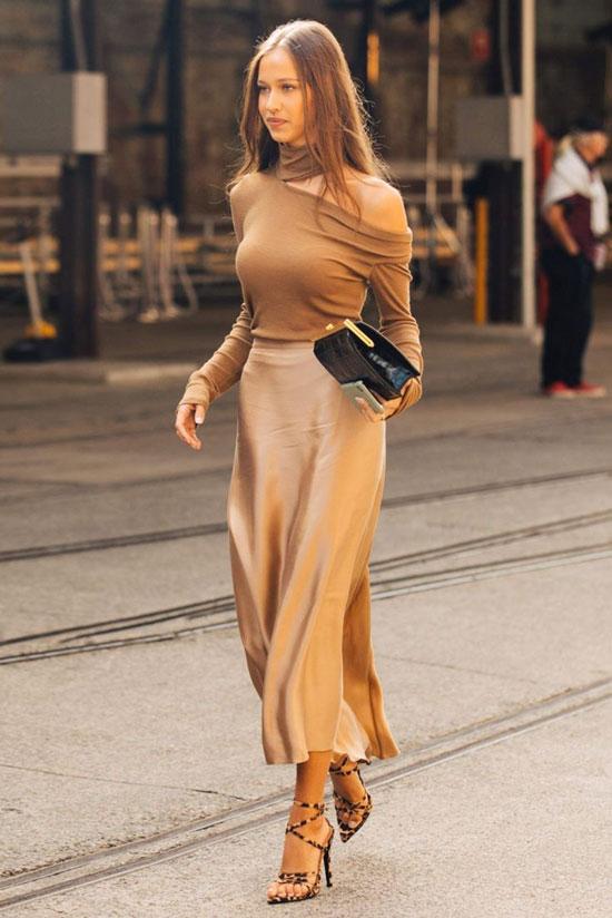Вечерняя атласная юбка с босоножками на каблуках