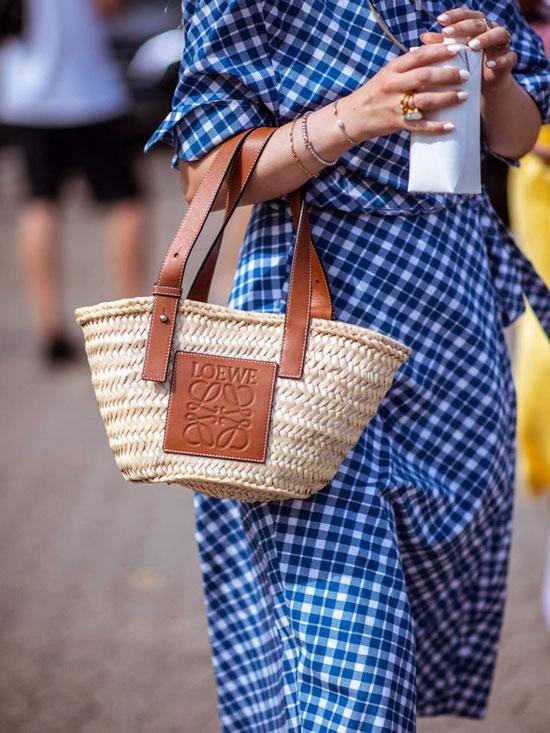 С чем носить соломенную сумку Loewe летом 2020
