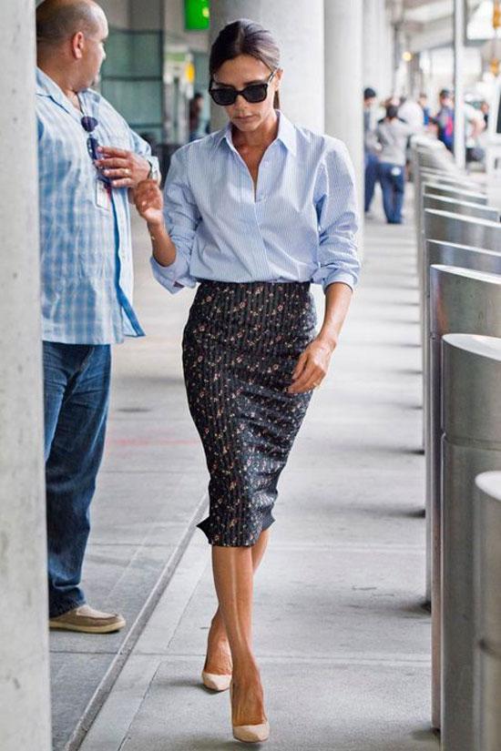Виктория Бекхэм в юбке-карандаш и объемной голубой рубашке