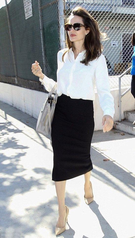 Анджелина Джоли в юбке-карандаш и свободной белой блузе